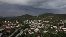 Πετώντας πέρα από τη θάλασσα, την παραλία και τα εξοχικά σπίτια στη παραθεριστική πόλη της Ελλάδας τη συννεφιάζω ημέρα απόθεμα βίντεο