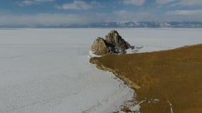 Πετώντας πέρα από τη λίμνη Baikal, παγωμένη λίμνη που καλύπτεται με ένα παχύ στρώμα του πάγου απόθεμα βίντεο