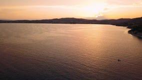Πετώντας πέρα από τη μαρίνα Ermioni στο όμορφο λυκόφως, Αιγαίο πέλαγος απόθεμα βίντεο