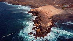 Πετώντας πέρα από τον απότομο βράχο στο Λα που καθαρίζεται, Fuerteventura, Κανάρια νησιά απόθεμα βίντεο