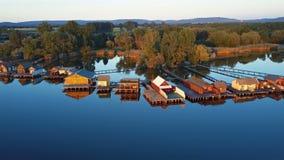 Πετώντας πέρα από τον ιδιωτικό πυροσβεστικό σωλήνα αλιείας στην ακτή λιμνών, Ουγγαρία απόθεμα βίντεο