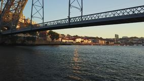 Πετώντας πέρα από τον ποταμό Douro και κάτω από τη γέφυρα του Άιφελ στο Πόρτο, Πορτογαλία απόθεμα βίντεο