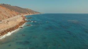 Πετώντας πέρα από το Ειρηνικό Ωκεανό σε Malibu, Καλιφόρνια απόθεμα βίντεο