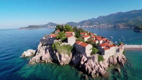 Πετώντας πέρα από το νησί Sveti Stefan, Μαυροβούνιο, Βαλκάνια απόθεμα βίντεο