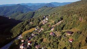 Πετώντας πέρα από το χωριό Spania Dolina, Σλοβακία απόθεμα βίντεο