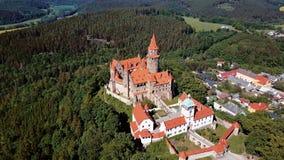 Πετώντας πέρα από Bouzov Castle, Δημοκρατία της Τσεχίας απόθεμα βίντεο