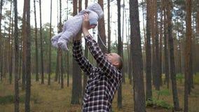 Πετώντας παιχνίδια αγοράκι με τον μπαμπά του στο πάρκο φιλμ μικρού μήκους