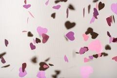 Πετώντας πορφυρές και ρόδινες καρδιές, υπόβαθρο για την ημέρα βαλεντίνων ` s, ευχετήρια κάρτα γενεθλίων, έννοια αγάπης Στοκ Φωτογραφία