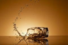 Πετώντας ποτήρι του ουίσκυ Στοκ Εικόνες