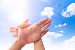 Πετώντας πουλί χεριών σε νεφελώδη και τον ουρανό Στοκ Εικόνες