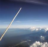 Πετώντας πύραυλος που αφήνει το ίχνος καπνού πίσω Στοκ φωτογραφία με δικαίωμα ελεύθερης χρήσης