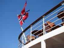 Πετώντας σημαία κράτους και πολέμου της Νορβηγίας Στοκ Φωτογραφία