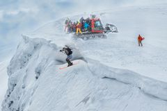 Πετώντας σκιέρ στα βουνά Ακραίος χειμερινός αθλητισμός Άλμα Freeride στοκ φωτογραφίες