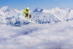 Πετώντας σκιέρ στα χιονώδη βουνά Ακραίος χειμερινός αθλητισμός, αλπικό σκι στοκ φωτογραφίες με δικαίωμα ελεύθερης χρήσης