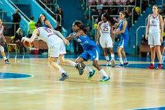 πετώντας στεφάνη παιχνιδιών καλαθοσφαίρισης σφαιρών Στοκ Εικόνες