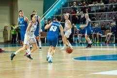 πετώντας στεφάνη παιχνιδιών καλαθοσφαίρισης σφαιρών Στοκ Εικόνα
