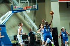πετώντας στεφάνη παιχνιδιών καλαθοσφαίρισης σφαιρών Στοκ Φωτογραφίες