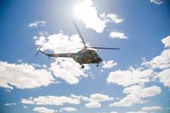 Πετώντας στρατιωτικό ελικόπτερο στο υπόβαθρο ουρανού Στοκ Εικόνα