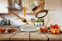 Πετώντας συστατικά τροφίμων έτοιμα για το μαγείρεμα Στοκ Εικόνες