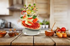 Πετώντας συστατικά τροφίμων με την πίτσα Στοκ Φωτογραφία