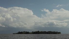 Πετώντας σύννεφα πέρα από το Κόλπο της Φινλανδίας απόθεμα βίντεο