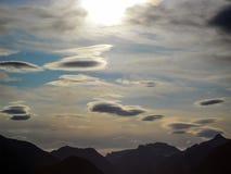 ` Πετώντας σύννεφα πιατακιών ` πέρα από τα νορβηγικά βουνά στοκ εικόνα με δικαίωμα ελεύθερης χρήσης