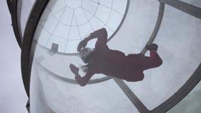 Πετώντας τραίνα κοριτσιών με ένα άλμα αλεξίπτωτων Ακραίο να ρίξει με αλεξίπτωτο Προσομοιωτής που πετά με ένα αλεξίπτωτο φιλμ μικρού μήκους
