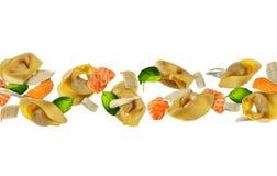 Πετώντας τρόφιμα με παραδοσιακό ιταλικό ravioli και λαχανικό στο wh Στοκ Φωτογραφίες