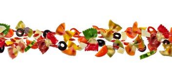 Πετώντας τρόφιμα με τα παραδοσιακά ιταλικά ζυμαρικά farfalle και vegetabl Στοκ εικόνα με δικαίωμα ελεύθερης χρήσης