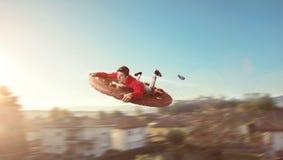 Πετώντας τύπος σε ένα γιγαντιαίο μπισκότο Στοκ φωτογραφία με δικαίωμα ελεύθερης χρήσης