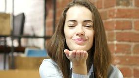 Πετώντας φιλί από την όμορφη γυναίκα, εσωτερικό πορτρέτο απόθεμα βίντεο