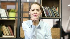 Πετώντας φιλί από τη νέα γυναίκα, εσωτερικό γραφείο απόθεμα βίντεο