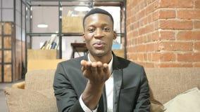 Πετώντας φιλί από το μαύρο επιχειρηματία, εσωτερικό απόθεμα βίντεο