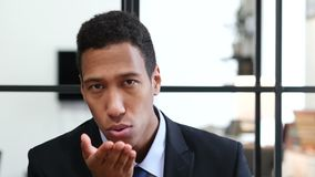 Πετώντας φιλί από το μαύρο επιχειρηματία απόθεμα βίντεο