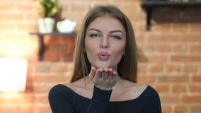 Πετώντας φιλί από το όμορφο νέο κορίτσι, πορτρέτο φιλμ μικρού μήκους