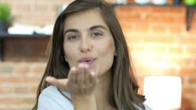 Πετώντας φιλί από το όμορφο νέο κορίτσι σχεδιαστών φιλμ μικρού μήκους