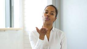 Πετώντας φιλί μαύρων γυναικών, που εκφράζει την αγάπη φιλμ μικρού μήκους