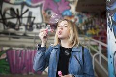 Πετώντας φυσαλίδες σαπουνιών Στοκ Εικόνες