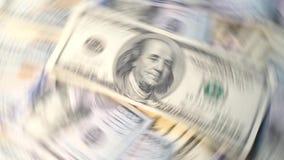 Πετώντας χρήματα στον άσπρο λογαριασμό δολαρίων υποβάθρου Στοκ Εικόνα