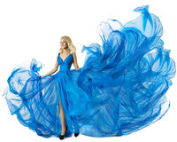 Πετώντας ύφασμα φορεμάτων μόδας πρότυπο χορεύοντας μπλε, κυματίζοντας εσθήτα γυναικών στοκ εικόνες