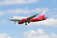 Πετώντας airbus A319-112 (vq-BCO) της αερογραμμής Ρωσία στο νέο χρώμα Στοκ Φωτογραφίες