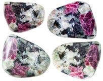 Πεφμένα κρύσταλλα κορούνδιου στους βράχους που απομονώνονται Στοκ εικόνες με δικαίωμα ελεύθερης χρήσης