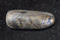 πεφμένη πέτρα Arsenopyrite στο σκοτεινό υπόβαθρο Στοκ Εικόνες