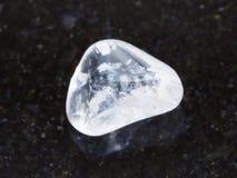 πεφμένος πολύτιμος λίθος κρυστάλλου βράχου στο σκοτεινό υπόβαθρο Στοκ εικόνες με δικαίωμα ελεύθερης χρήσης