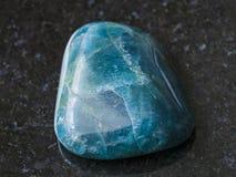 πεφμένος πράσινος μπλε Apatite πολύτιμος λίθος στο σκοτάδι Στοκ εικόνες με δικαίωμα ελεύθερης χρήσης