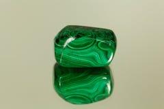 Πεφμένο malachite σε έναν καθρέφτη στοκ εικόνες με δικαίωμα ελεύθερης χρήσης