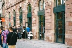Πελάτες γραμμών της Apple Store που περιμένουν να αγοράσει Στοκ εικόνα με δικαίωμα ελεύθερης χρήσης