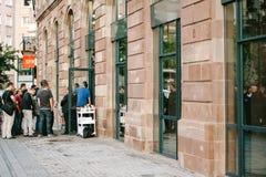 Πελάτες γραμμών της Apple Store που περιμένουν να αγοράσει Στοκ Εικόνες