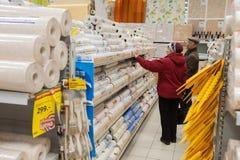 Πελάτες και ράφια με τα οικοδομικά υλικά Στοκ Φωτογραφίες