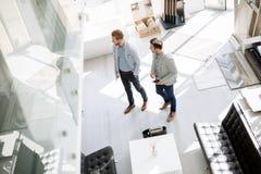Πελάτες που εισάγουν το εσωτερικό κατάστημα σχεδίου Στοκ φωτογραφία με δικαίωμα ελεύθερης χρήσης